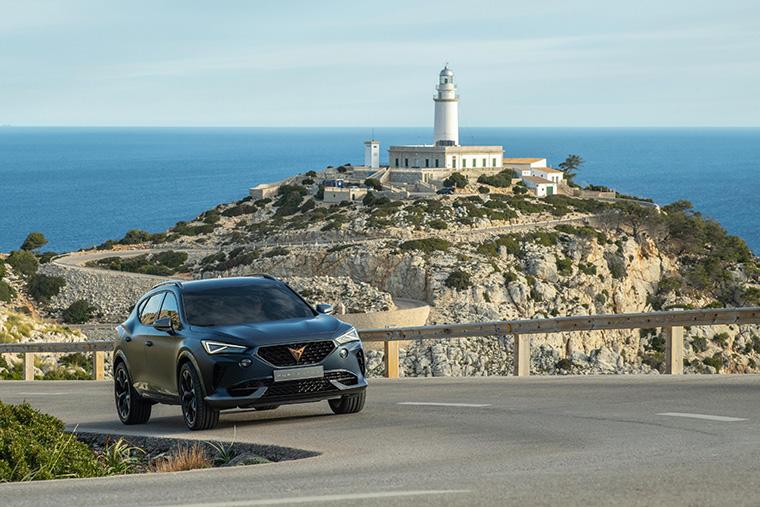 Imágenes dinámicas del CUPRA Formentor, en la carretera del cabo que le dio nombre.