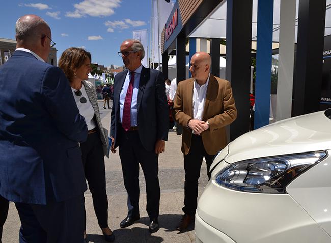 Teresa Ribera y directivos de Nissan en VEM 2019