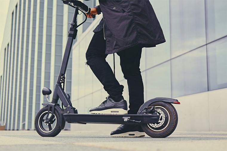 Un patinete eléctrico es una forma de ahorro de dinero y de emisiones