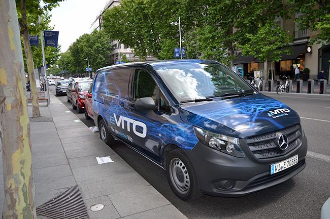 La calle Serrano de Madrid acoge este fin de semana numerosos vehículos eléctricos para que los interesados puedan probarlos.