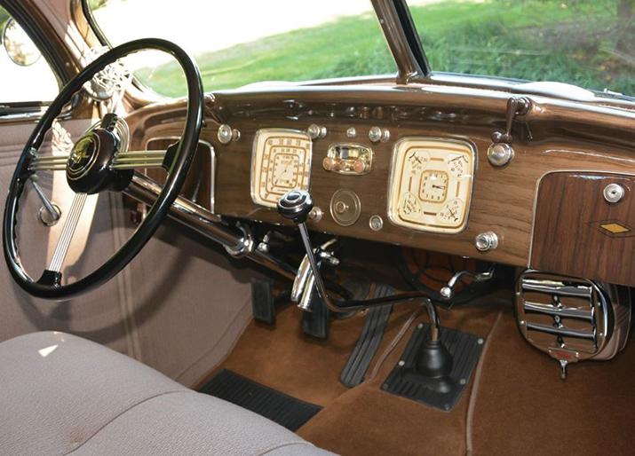 Chrysler Imperial de 1936. Fue el primer vehículo que incorporó la instrumentación principal detrás del volante.