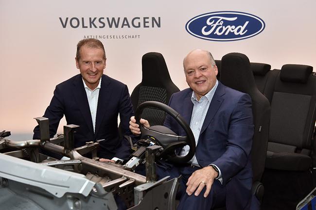 Ford y Volkswagen anuncian que amplían su colaboración. EN la foto, los CEO de ambas compañías.