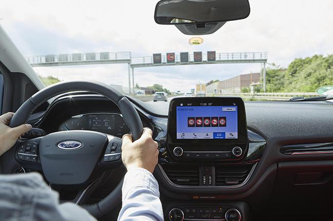 La tecnología permite que el vehículo reciba información directamente de las señales o de una unidad cercana al lado de la carretera. Eso mejorará la seguridad.