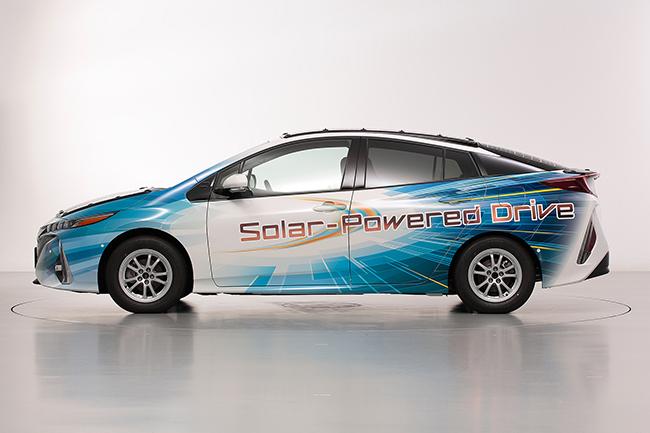 Toyota prueba el vehículos con paneles solares evolucionados.