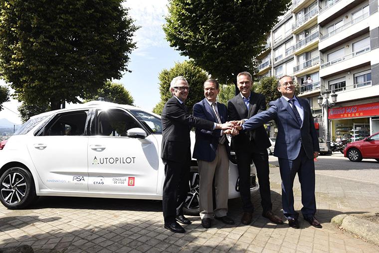 Representantes de PSA, CTAG y de Vigo en las pruebas de conducción autónoma.