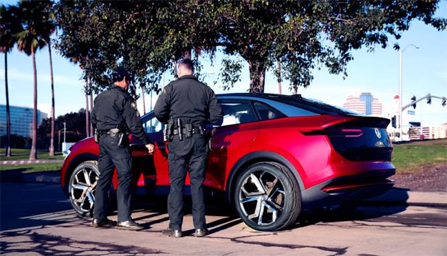 Policias observando en Volkswagen ID. Crozz en Long Beach.