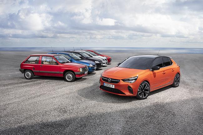 Las seis generaciones del Opel Corsa, con el Corsa-e en primer plano.