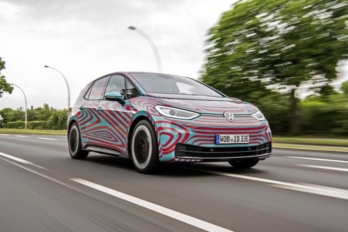 La versión oficialque conocemos del Volkswagen ID.3 es todavía la que viste el camuflaje.