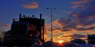 camión eléctrico con módulos fotovoltaicos