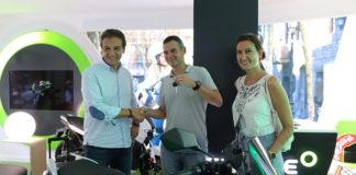 Carlos Sotelo, CEO de Silence, entrega las primeras unidades de su scooter eléctrico S01.