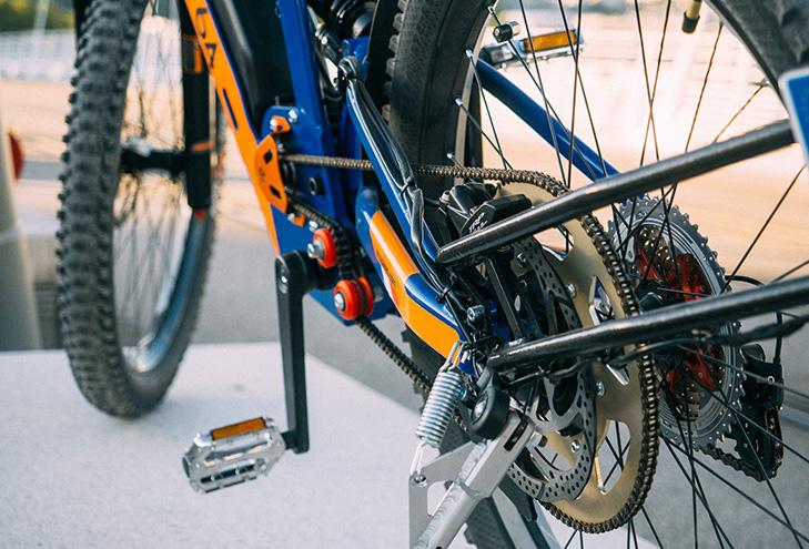 El sistema de doble transmisión hace que pueda comportarse como bicicleta eléctrica y como ciclomotor.