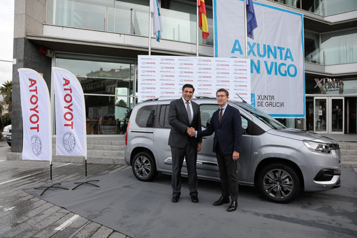 Miguel Carsi, presidente de Toyota España, ha presentado al presidente de la Xunta de Galicia, Alberto Núñez Feijóo, la unidad de pre-producción del PROACE CITY.