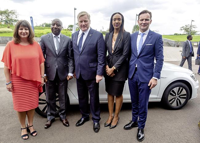 Acto para anunciar el proyecto en Ruanda, con autoridades y responsables de Siemens y Volkswagen.