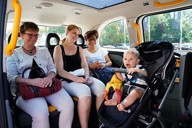 El vehículo ofrece confort y opciones interesantes a los pasajeros, como wifi y puntos de carga para móviles y ordenadores.