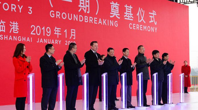 Anuncio de la nueva fábrica de Tesla en un evento en Shanghai.