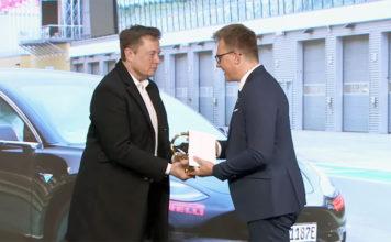 Elon Musk, CEO de Tesla, recoge el premio al mejor sedán de tamaño medio, el Golden Steering Wheel Award, otorgado al Model 3