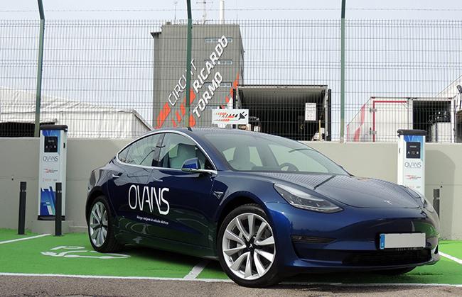 ha realizado una demostración del funcionamiento de esta nueva zona de recarga con un vehículo eléctrico.