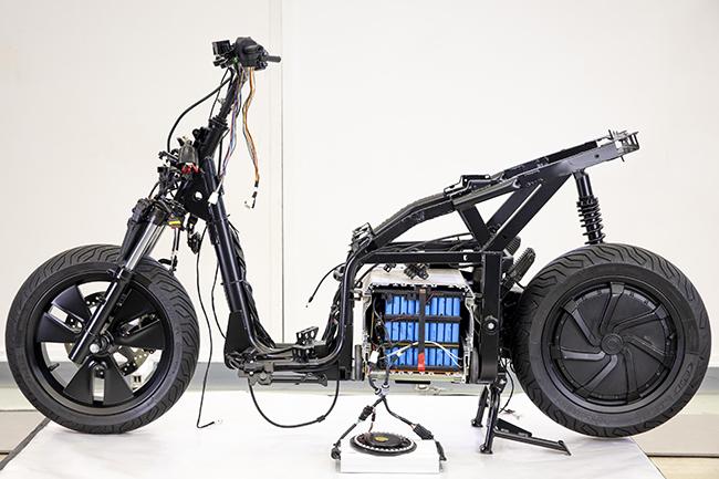 El scooter incorpora una batería extraíble para facilitar su carga.