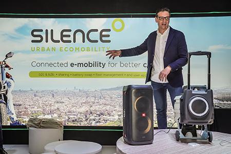 Nueva batería de Silence, con mayor capacidad y rendimiento. Como la anterior, se puede extraer y trasladar cómodamente.