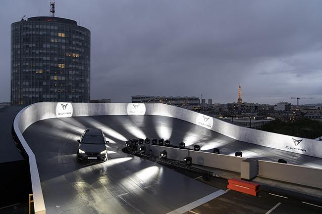 """CUPRA instaló un circuito en una terraza de París tras la presentación del Tavascán: """"CUPRA: THE ROOFTOP DRIVING EXPERIENCE""""."""