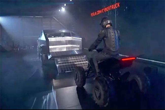 EL Cyberquad subió a la caja del Cybertruck para demostrar las capacidades de la pick up.