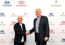 Derrecha: Albert Biermann, Presidente y Jefe de la División de Investigación y Desarrollo de Hyundai Motor Group, y Denis Sverdlov, izquierda, CEO de Arrival.