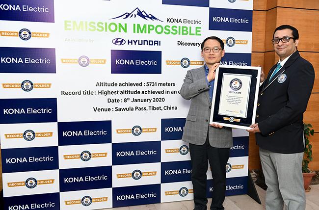 Hyundai recibe el certificado del récord Guinness.