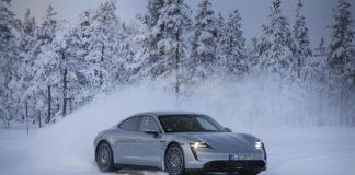 Laponia finlandesa. Pruebas con un Porsche Taycan sobre cómo conducir en invierno sobre firme con hielo o nieve.