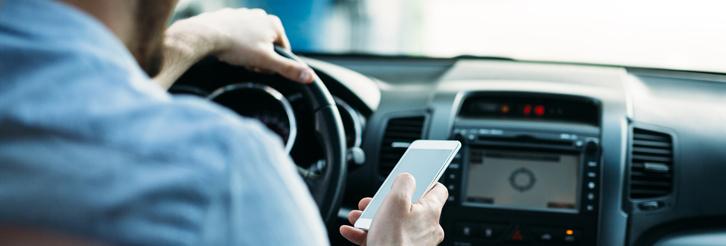 El uso del móvil, un gran riesgo mientras se conduce.