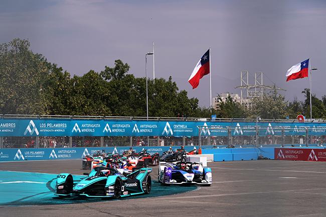Mitch Evans (NZL), Panasonic Jaguar Racing, Jaguar I-Type 4, leads Maximilian Günther (DEU), BMW I Andretti Motorsports, BMW iFE.20, al comienzo de carrera.
