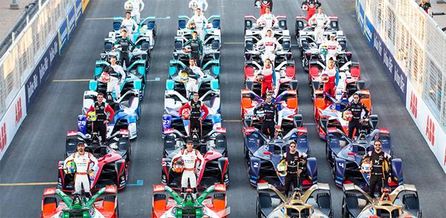 Vota a tu piloto favorito para darle un extra de potencia en la carrera.