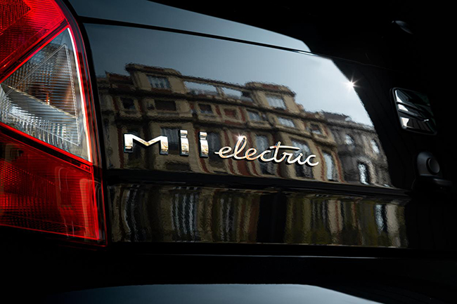 Conducir un coche eléctrico en las ciudades cada día ofrece más ventajas.