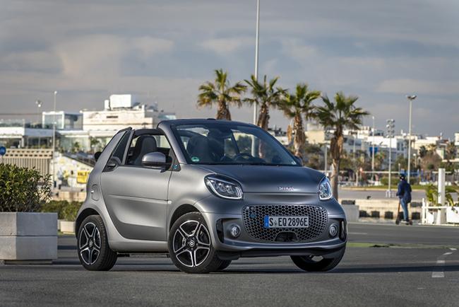 El diseño exterior del smart se ha renovado, especialmente por los que se refiere a la calandra. En la imagen el smart fortwo cabrio.