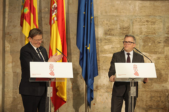 Stuart Rowlwy, presidente de Ford Europa, y Ximo Puig, presidente de la Generalitat, durante el acto celebrado para anunciar la inversión.