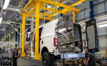 La furgoneta eléctrica LCV en la línea de montajes de Ansty, Coventry.