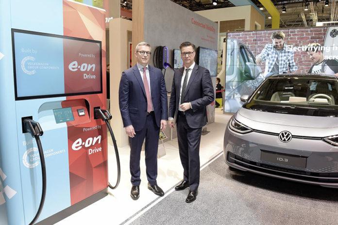 Thomas Schmall, presidente del consejo de administración de Volkswagen Group Components, , izda, y Karsten Wildberger, miembro del Consejo de Administración de E.ON.