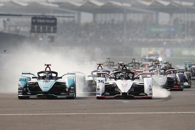 Mitch Evans (NZL), Panasonic Jaguar Racing, Jaguar lucha con Andre Lotterer (DEU), Tag Heuer Porsche, al comenzar la carrera.