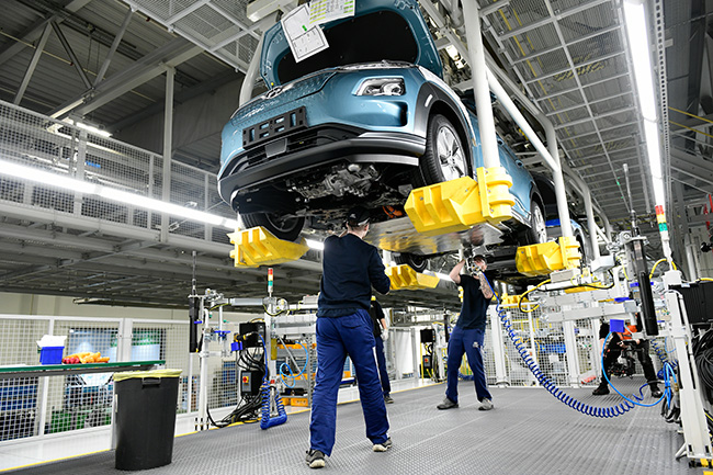 La línea de producción, además de los talleres de estampado y pintura, han tenido que adecuarse para la producción del Kona.