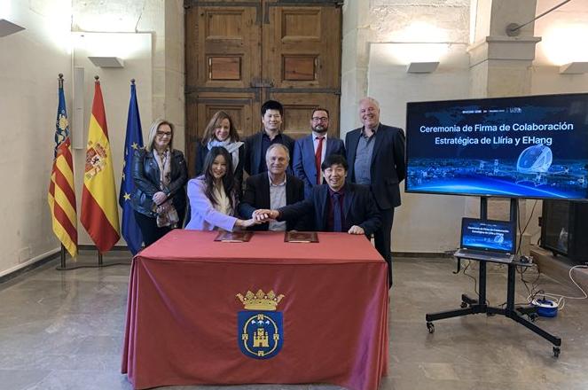 Manuel Civera Salvador, Alcalde de Llíria, y Hu Huazhi, fundador y CEO de EHang, en la firma del acuerdo.