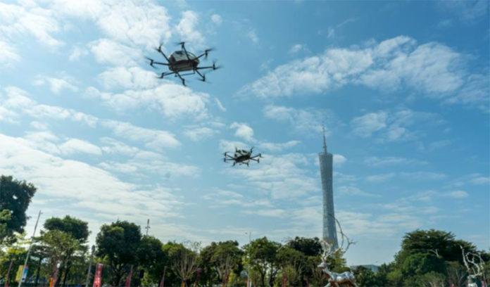 Drones de eHang sobrevolando la ciudad de Guangzhou (China) .