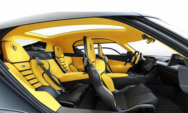 El interior del Koenigsegg Gemera es amplio y minimalista.