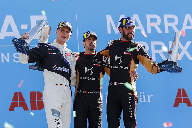 Antonio Felix da Costa (PRT), DS Techeetah, primera posición, Maximilian Günther (DEU), BMW I Andretti Motorsports, segunda posición, y Jean-Eric Vergne (FRA), DS Techeetah, tercera posición en el podio de Marrakesh.