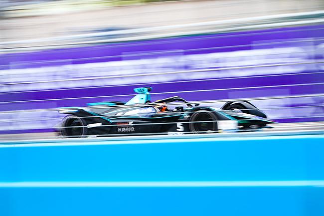 Los equipos, monoplaza y pilotos que se pueden elegir en el juego son los de la Fórmula E.