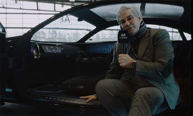 Luc Donckerwolke, director de diseño de Hyundai Motor Group, presentando el Prophecy.