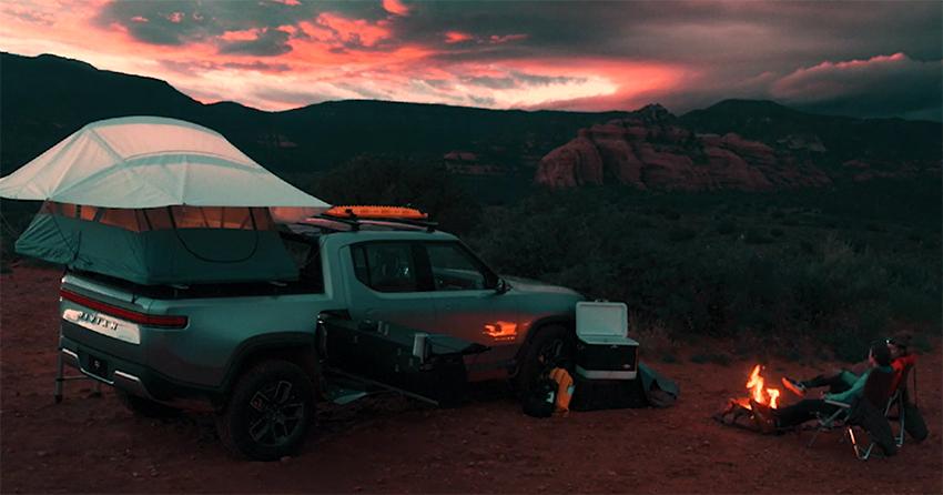 La Rivian R1T cuenta con accesorios que los convierten que facilitan los viajes de aventura, como la cocina y la tienda de campaña.