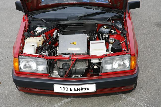 El vehículo incorporaba dos motores, uno en cada rueda trasera, con una potencia conjunta de 44 CV.