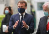 El presidente del gobierno francés, Emmanuel Macron, con el CEO de Valeo, Jacques Aschenbroich, durante una visita a la fábrica de Etaples, en el norte de Francia.