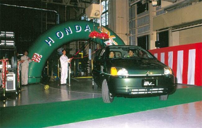 El primer Honda EV Plus sale de la fábrica.