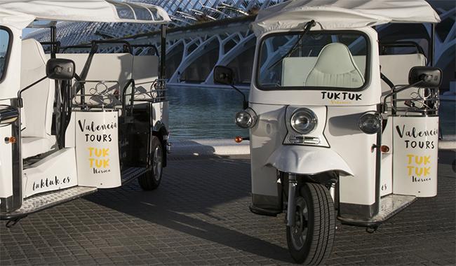 En nuestro país hay ciudades que utilizan el Tuk Tuk para paseos turísticos, como ocurre en Ávila o Valencia.