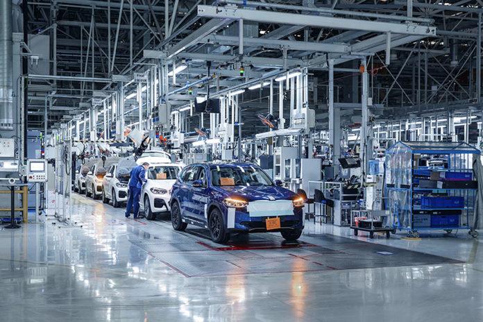 El BMW iX3, eléctrico, iniciará su producción en China para todos los mercados al acabar el verano.